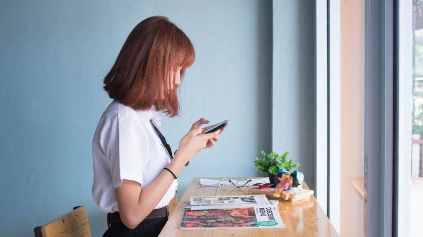「情報を集める女性」のイメージ画像