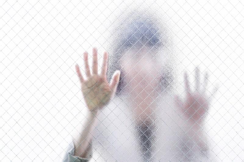 ストーカーしている女性のイメージ画像