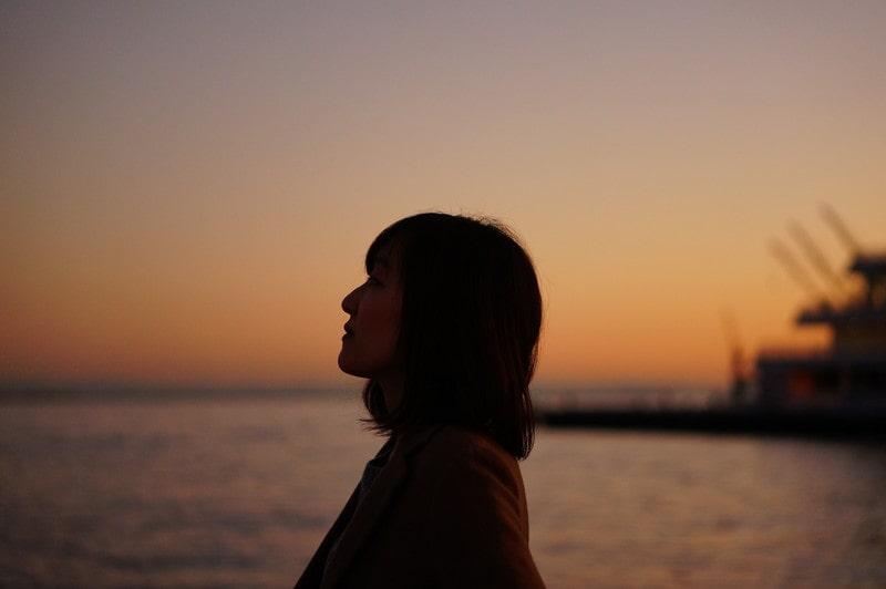 寂しく、たそがれている女性のイメージ画像