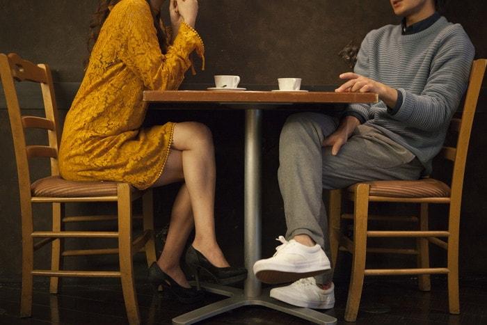 「話をしている男女」のイメージ画像